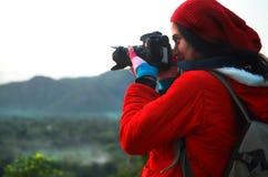 Photographe de nature prenant des photos pendant la hausse du voyage Images stock