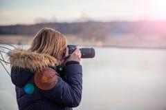 Photographe de nature tenant l'appareil-photo photographie stock libre de droits