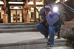 Photographe de paparazzi dans l'action photo stock