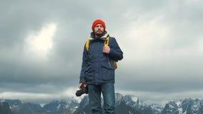 Photographe de portrait sur supérieur une montagne Mâle professionnel de photographe prenant la photographie de la vallée avec le banque de vidéos