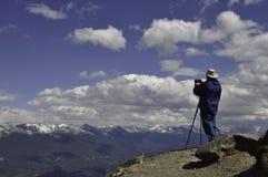 Photographe de sommet de montagne photo stock