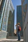 Photographe de touristes dans Shah-je-Zinda, Samarkand, l'Ouzbékistan Photo libre de droits