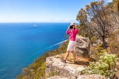 Photographe de voyage de nature sur une falaise Photographie stock