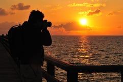 Photographe et coucher du soleil d'océan photo libre de droits