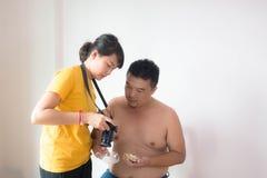 Photographe et photo asiatiques de viev de modèle dans le studio à la maison Photo libre de droits