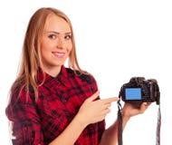 Photographe féminin attirant montrant l'écran de l'appareil-photo - isola Images stock