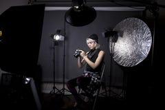 Photographe féminin dans un studio Images stock