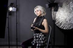 Photographe féminin dans un studio Image stock
