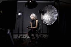 Photographe féminin dans un studio Photo libre de droits