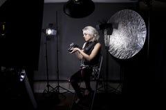 Photographe féminin dans un studio Image libre de droits