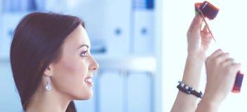 Photographe féminin s'asseyant sur le bureau avec l'ordinateur portable photo libre de droits