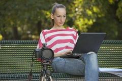 Photographe féminin travaillant à l'extérieur Photographie stock