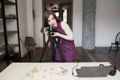 Photographe féminin travaillant avec des bonbons au studio photos stock