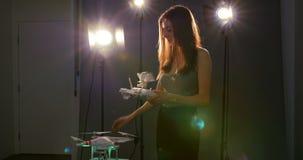 Photographe féminin vérifiant la batterie du bourdon banque de vidéos