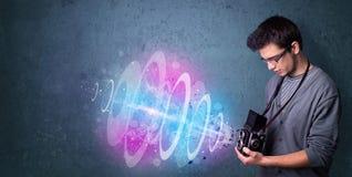 Photographe faisant des photos avec le faisceau lumineux puissant photo stock