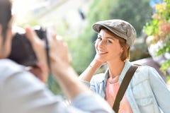 Photographe faisant des portraits de son amie Photo stock