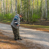 Photographe faisant la photo avec le vieil appareil-photo de film dans la forêt de bouleau de matin Photographie stock libre de droits