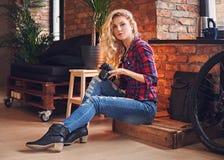 Photographe femelle blond amateur prenant des photos dans une chambre avec Photo stock
