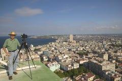 Photographe Joe Sohm avec l'appareil-photo panoramique prenant la photo de La Havane, Cuba Photos stock