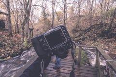 photographe masculin appréciant la nature en automne - rétro effe de vintage Photo libre de droits