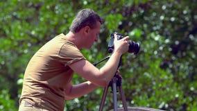 Photographe masculin composant un tir clips vidéos