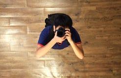 Photographe masculin de vue aérienne prendre une photo lui-même photographie stock libre de droits
