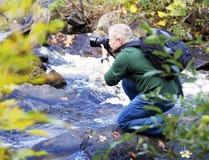 Photographe masculin prenant des photos Images libres de droits