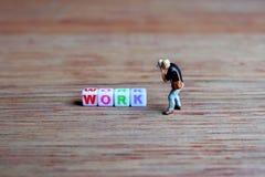 Photographe miniature, prenant la photo des cubes en travail Photographie stock libre de droits