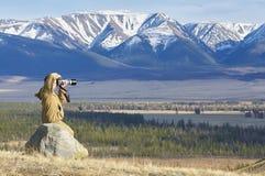 Photographe prenant des photos d'une chaîne de montagne photos libres de droits