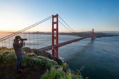 Photographe prenant la photo de golden gate bridge photographie stock libre de droits