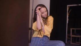 Photographe prenant la photo du mannequin mignon avec de longs cheveux de brune cerly dans le studio Belle pose mod?le femelle clips vidéos