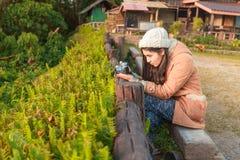 Photographe prenant la photo du paysage à partir du dessus de la montagne photographie stock libre de droits