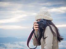 Photographe prenant la photo du paysage à partir du dessus de la montagne photo stock