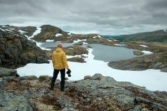 Photographe prenant la photo du paysage norvégien typique Images stock