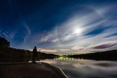 Photographe prenant une photo de halo de phénomène atmosphérique images stock