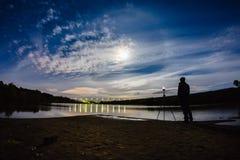 Photographe prenant une photo de halo de phénomène atmosphérique images libres de droits