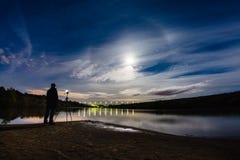 Photographe prenant une photo de halo de phénomène atmosphérique image libre de droits