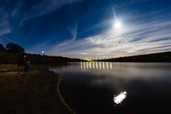 Photographe prenant une photo de halo de phénomène atmosphérique photos libres de droits