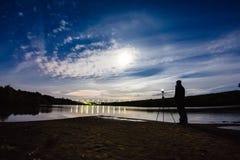 Photographe prenant une photo de halo de phénomène atmosphérique image stock