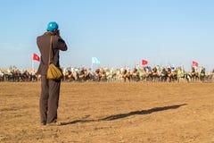 Photographe prenant une photo des cavaliers de cheval Photos libres de droits