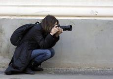 Photographe prenant une pousse photo libre de droits