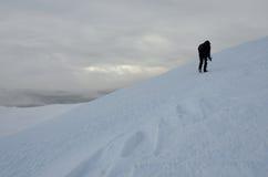 Photographe seul avec le trépied faisant le trekking d'hiver, Ukraine Image libre de droits