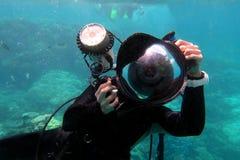 Photographe sous-marin photographiant sous l'eau image stock
