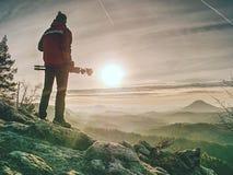 Photographe sur la falaise avec le trépied à disposition Photographe de nature image libre de droits