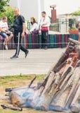Photographe sur la place avant le début des jeux de Nestenar en Bulgarie Images stock