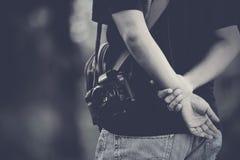 Photographe tenant des mains derrière Photo libre de droits