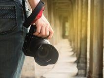 Photographe tenant son appareil-photo Photo stock