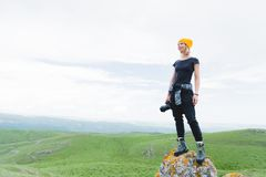 Photographe tenant un appareil-photo dehors Fille sur la nature photo libre de droits