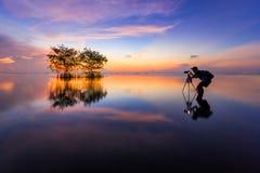 Photographe thaïlandais avec l'appareil-photo dans l'action Photo stock