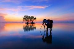 Photographe thaïlandais avec l'appareil-photo dans l'action, Thaïlande Image libre de droits